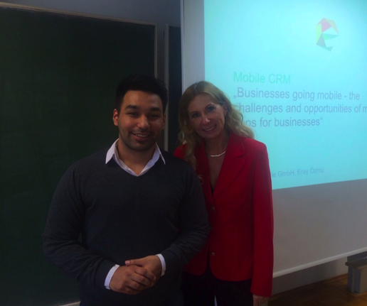 Herr Özmü und Frau Salmen um Anschluss an den Gastvortrag über App Entwicklung